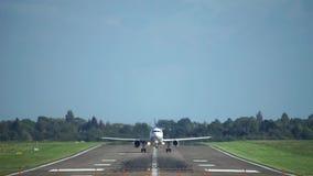 De start van het passagiersvliegtuig van de luchthaven van Hanover bij zonsondergang stock video