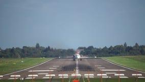 De start van het passagiersvliegtuig van de luchthaven van Hanover bij zonsondergang stock videobeelden