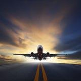 De start van het passagiersvliegtuig van banen tegen mooie duistere sk Royalty-vrije Stock Fotografie