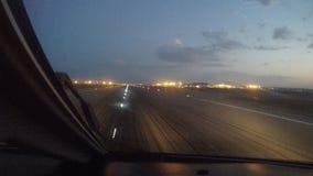 De start van het passagiersvliegtuig van de luchthaven bij zonsopgang, de mening van de cockpit stock video