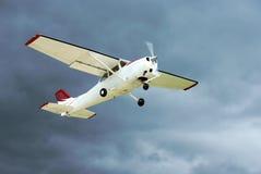 De start van vliegtuigen in onweersbui. Stock Fotografie