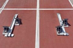 De startblokken op de renbaan Stock Afbeelding