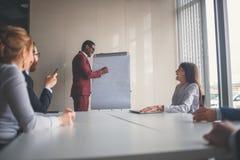 De startzaken, jonge creatieve mensen groeperen het ingaan van vergaderzaal, modern bureaubinnenland Stock Afbeelding