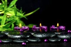 De station thermale toujours la vie des pierres de basalte de zen avec des baisses, bougies lilas, b Image libre de droits