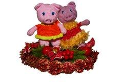 De status van aardige roze varkens op de Kerstmiskroon op geïsoleerde achtergrond royalty-vrije stock foto's