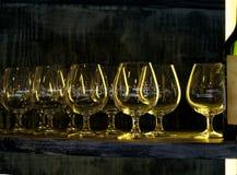 De status van op een rij glazen en een fles Royalty-vrije Stock Foto