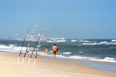 De staven van de hengelsport bij het strand stock foto