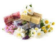 De staven van de zeep met verse bloemen royalty-vrije stock foto's