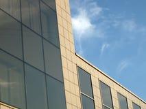 De stedelijke bouw van het bedrijfsglas weerspiegelende bureau Stock Foto