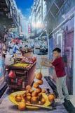 De stedelijke Chinese straat van de truckunst fayre met jonge jongen modellering voor foto Stock Afbeelding