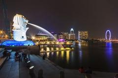 De stedelijke horizon en Nachtmening van Merlion en Marina Bay, zingt Royalty-vrije Stock Fotografie