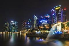 De stedelijke horizon en Nachtmening van Merlion en Marina Bay, zingt Stock Foto's