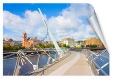 De stedelijke horizon van Derry-stad, riep ook Londonderry, in Noord-Ierland met de beroemde Vredesbrug Europa - Noord-Ierland stock afbeelding