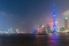 De stedelijke horizon van Shanghai bij nacht in Shanghai, China Stock Foto's