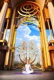 De stedelijke meditatie van de Yoga in lotusbloem stelt Royalty-vrije Stock Foto's