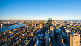 De stedelijke mening van het stads luchtpanorama. De luchtmening van Boston met wolkenkrabbers bij zonsondergang met de stadshoriz Stock Afbeeldingen