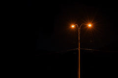 De stedelijke nacht van de straatlantaarnhemel Stock Foto