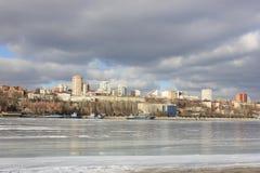 De stedelijke rivier van het de winterlandschap Stock Foto