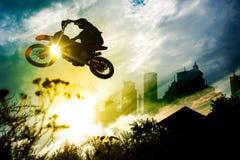 De stedelijke Sprong van de Vuilfiets Stock Foto's