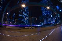 De stedelijke straat van de nachttijdspanne bij de bedrijfsstad in Tokyo royalty-vrije stock fotografie