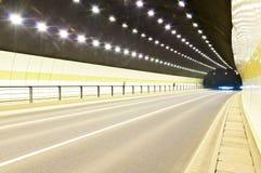 De stedelijke tunnel van de wegweg Stock Foto