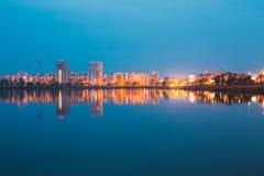De stedelijke Woonwijk overziet aan Stadsmeer of Rivier en Park Stock Foto