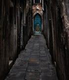 De steeg die tot de blauwe deur leiden Royalty-vrije Stock Afbeelding