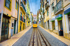 De Steeg en de Tram van Lissabon stock foto's