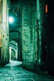 De Steeg van de nacht in oude stad van Siena, Toscanië, Italië stock afbeeldingen
