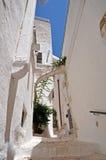 De steeg van Ostuni de witte stad Stock Foto