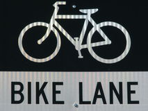 De steegteken en symbool van de fiets in natuurlijk zonlicht. Stock Afbeeldingen