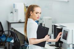 De steekproefbuizen van de laboratorium testen de hulplading voor coagulatie analyse en inputing gegevens aan coagulatiemachine royalty-vrije stock fotografie