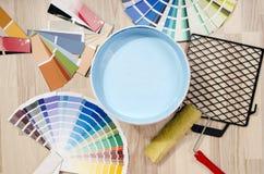De steekproeven met verschillende schaduwen van blauw en kunnen van blauw met verfrol en toebehoren schilderen Stock Fotografie