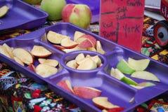 De Steekproeven van de appel bij de Markt van Landbouwers Stock Fotografie