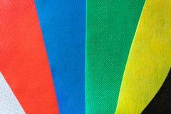 De steekproevenachtergrond van het kleurenweefsel van witte, rode, blauwe, groene, gele en zwarte kleuren Verschillende kleurenmo stock foto's