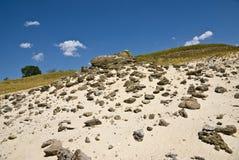 De steen bestrooit op het zand Stock Foto's
