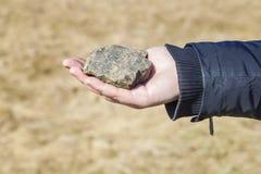 De steen van de mensenholding Royalty-vrije Stock Afbeeldingen