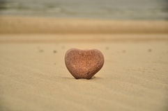 De steen van het hart op het strand Stock Foto's