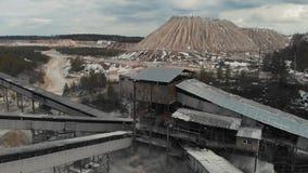 De steen verpletterende machine van de stenen maalmachinerots bij van de open kuilmijnbouw en verwerking installatie voor verplet stock footage
