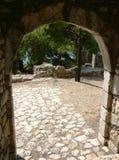De steenachtige boog en cobbled weg van de vesting stock afbeelding