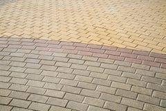 De steenblokken zijn rechthoekig in vorm, met een halve cirkel die van gele lilac grijs wordt gevoerd royalty-vrije stock afbeelding