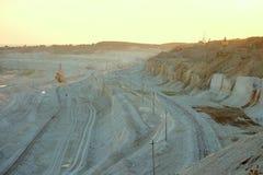 De steengroeve van het Belgorodkrijt in de gouden stralen van de lage zon Royalty-vrije Stock Foto