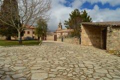 De steenhuizen op de Bovenkant u kunnen de Klokketoren van de Kathedraal in het Dorp van Medinaceli zien Architectuur, Geschieden Stock Afbeelding