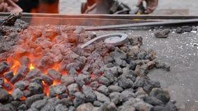 De steenkool in de Brand smeedt stock footage