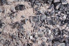 De steenkool en de as in de grill, de barbecue of de brand voor het koken, selectieve nadruk, sluiten omhoog hoogste mening, macr Royalty-vrije Stock Afbeeldingen