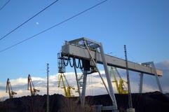 De steenkool hoopt havenmachines op Stock Afbeeldingen