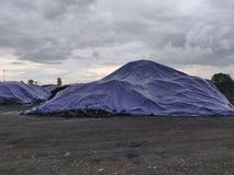 De steenkoolvoorraad werd behandeld door geteerde zeildoeken, voorbereidingslading royalty-vrije stock fotografie