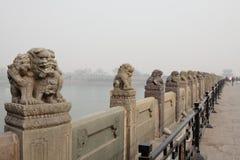 De steenleeuwen van China op lugoubrug Stock Afbeeldingen