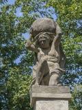 De steenmensen stellen dragende steen, barok standbeeld van Griekse mythologie van Sisyphus of Sisyphos voor stock foto