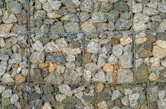 De steenmuren verhinderen grondverschuivingen in landweg Stock Foto's
